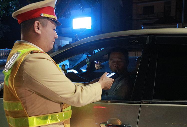 Công an Nghệ An kiểm tra nồng độ cồn với tài xế ôtô hồi đầu tháng 1. Ảnh: Nguyễn Hải.